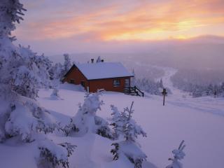 обои Домик на склоне горы в зимний день фото