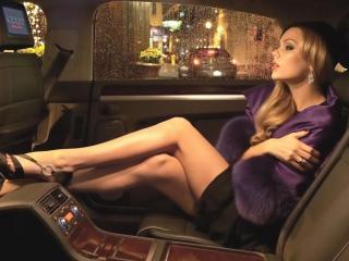 обои Девушка в роскошном автомобиле на заднем сиденье фото