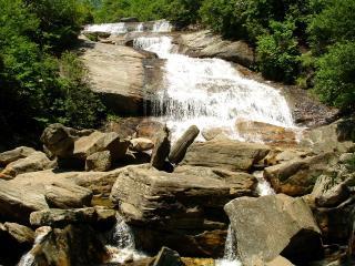 обои Речка бегущая по каменным пластам фото