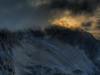 обои Темные облака у горной вершины