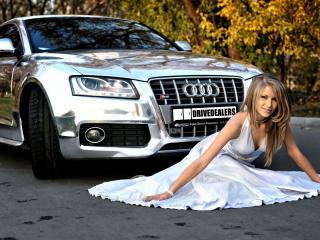 обои Девушка в белом платье присела перед машиной фото