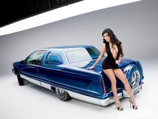обои Девушка на капоте синей машины сидит фото