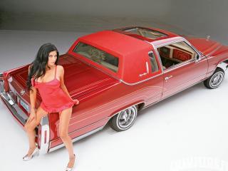 обои На капоте красной машины в красном девушка одета фото