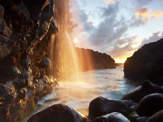 обои Водопад в лучах заходящего солнца фото