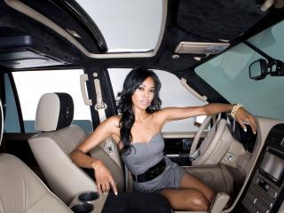 обои В салоне автомобиля девушка за рулем сидит фото