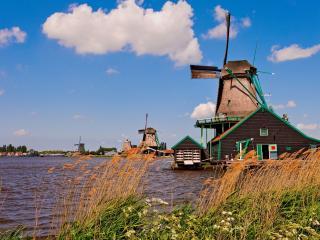 обои Дома с ветряками на воде фото