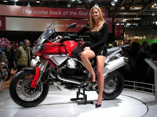 обои Девушка представляет мотоцикл на выставке фото