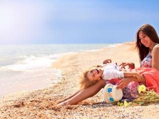 обои Женщина с ребенком радостные у моря фото