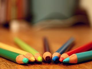 обои Сложенные карандаши цветные дугой фото