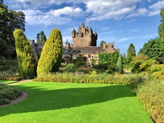 обои Старый замок затерялся в зелени фото