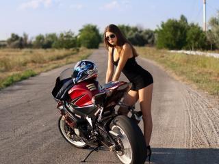 обои Милашка у спортивного мотоцикла фото