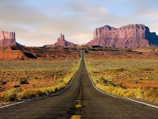 обои для рабочего стола: Красивая дорога между прерий ведущая к горам