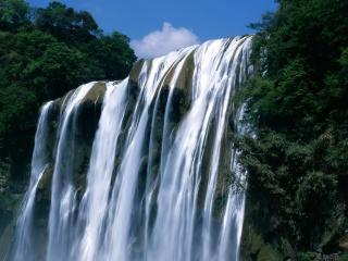 обои Ровный и высокий водопад фото