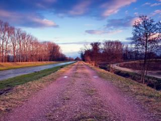 обои для рабочего стола: Ровная дорога у ровной реки