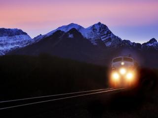 обои Поезд с включенными фарами фото