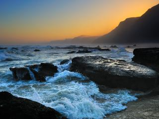 обои Бурная пенистая вода на берегу с камнями фото
