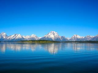 обои Верхушки заснеженных гор у озера большого фото