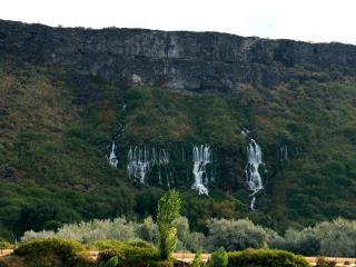 обои Вода вытекающая и падающая с гор в низ фото