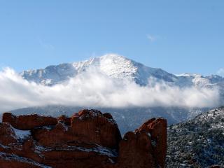 обои для рабочего стола: Туманные облака в высоких горах с заснеженной вершиной