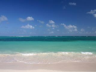 обои Океанская вода у берега и небо голубое с редкими облаками фото