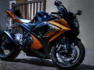 обои Стоит мотоцикл сузуки у калитки фото