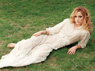 обои Kate в белом на газоне фото