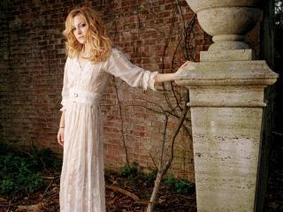 обои Kate в белом платье у колонны фото