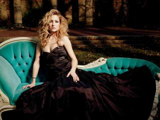 обои Kate в черном платье на диване фото