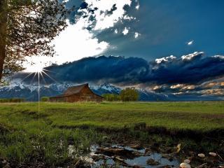 обои Деревянная изба на фоне утреннего солнца в горах фото