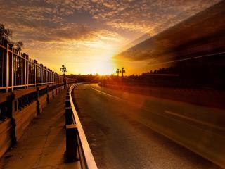 обои Дорога и тратуар освещенный солнечным закатом фото
