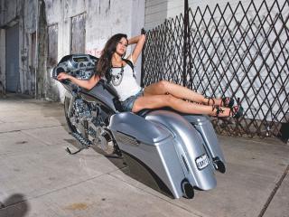 обои Девушка на раме мотоцикла фото