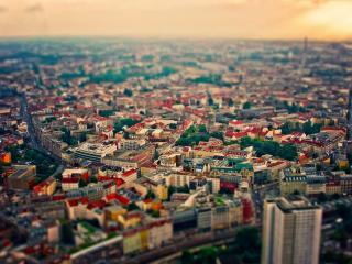 обои Панорама города с разноцветными крышами