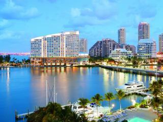 обои Красивый вид залива с яхтами и побережья с пальмами и зданиями фото