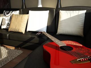 обои Красная гитара на диване кожанном фото