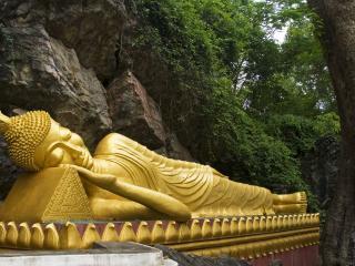 обои Статуя у скалы и деревьев фото