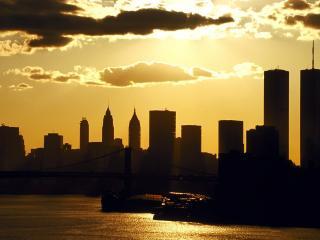 обои Вечернее солнышко над городом у реки с мостом фото