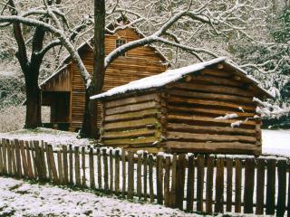 обои Одинокий деревяный дом с деревяным забором зимой фото