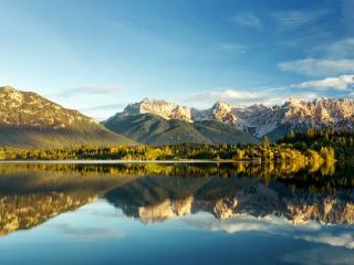 обои для рабочего стола: Бoльшое озеро с зеркальной поверхностью