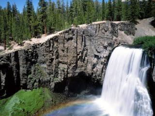 обои Водопад у обрыва фото
