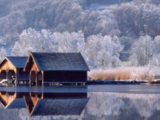 обои Строения на сваях в воде зимой фото