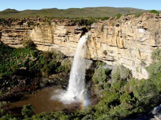обои Водопад вырывающийся из отвесной скалы фото