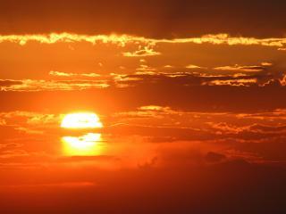 обои Красное небо от большого солнца фото
