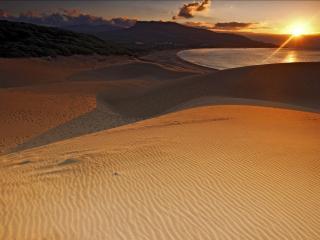 обои Песчаные барханы у озера фото