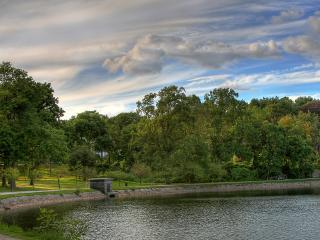 обои Летний пруд с вымощеными берегами фото
