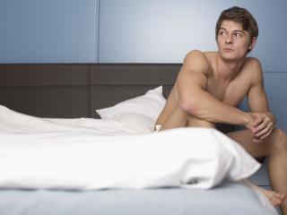обои Парень в белой постели фото
