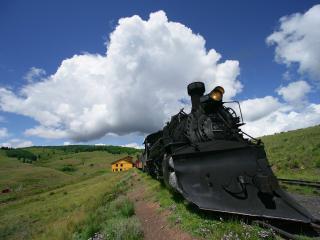 обои Старый паровоз идет по железной дороге фото