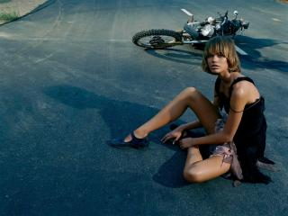обои Девушка и мотопед на асфальте фото