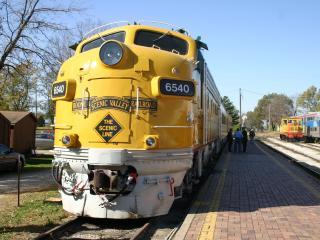 обои Желтый локомотив на запасных путях фото
