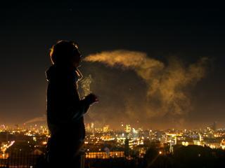 обои Дым в освещении фонарей ночного города фото