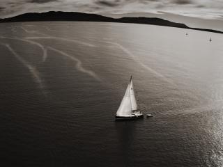 обои Парусная яхта дрейфует в заливе фото